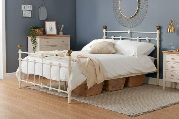 Cream metal bed, metal bedstead, cream bed with brass, metal bed barnstaple, metal bed offer north devon, double bed barnstaple small double bed barnstaple